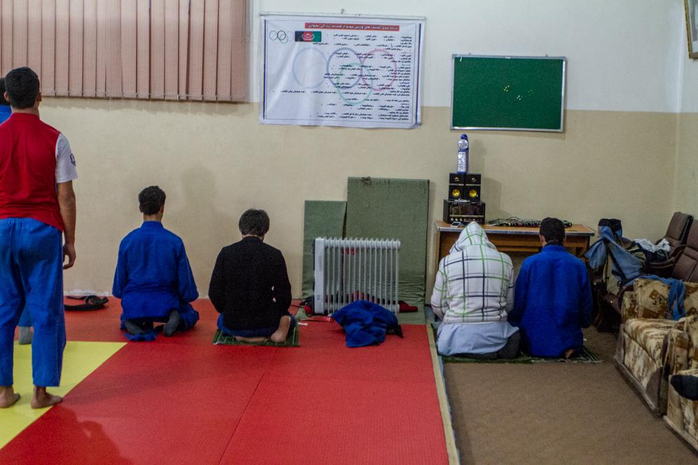 Kort pause i judotreningen på Olympic for bønnestund.