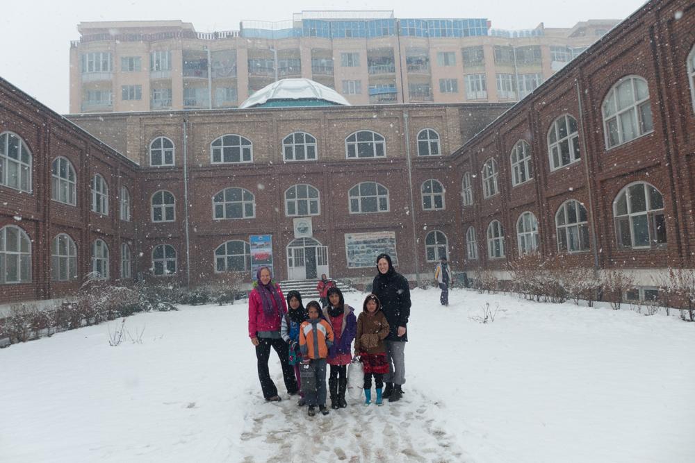 Birgit og Marit med noen av gatebarna utenfor Aschianas nye og permanente bygg.